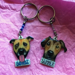 2 illustrated keyrings of dogs